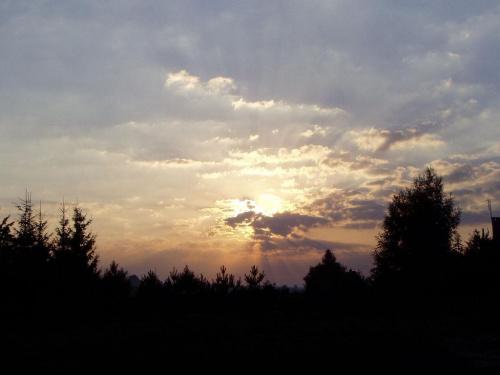 Wschód słońca nad lasem gdzieś na Mazurach #chmury #niebo #WschódSłońca