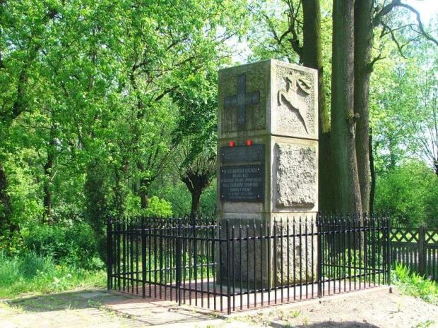 Na peronie w Gołębiu #obelisk #pomnik